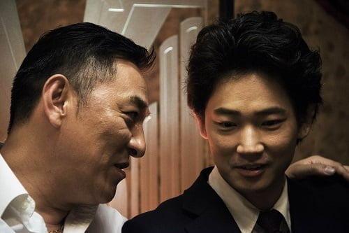 先輩刑事・村井との出会いが諸星の運命を大きく変えることに…。