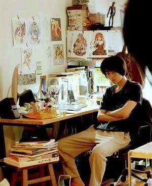 美少女キャラのイラストに囲まれた机で仕事中?