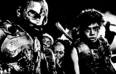映画『爆裂都市 BURST CITY』(1982年)より。当時は町田町蔵として映画にも出演していた町田康(右)