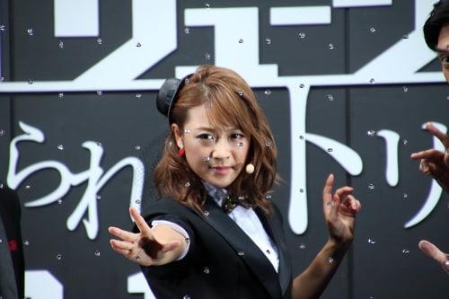 凛々しいキメ顔!イリュージョニスト・鈴木奈々の誕生!