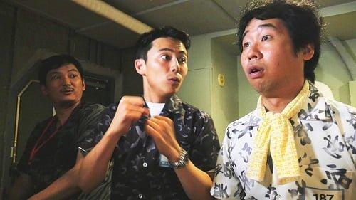 1回戦通貨に驚く森岡龍さん(左)と前野朋哉さん(右)