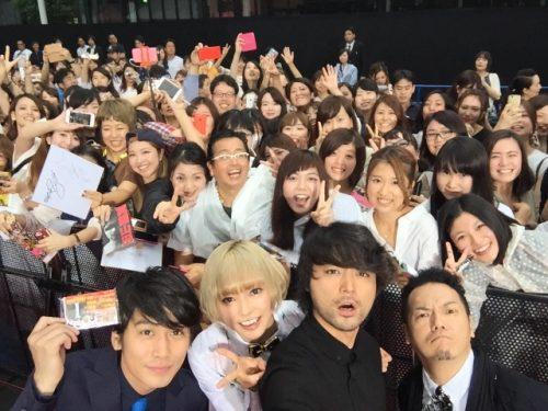 自ら自撮り棒でファンと撮影する山田さん!