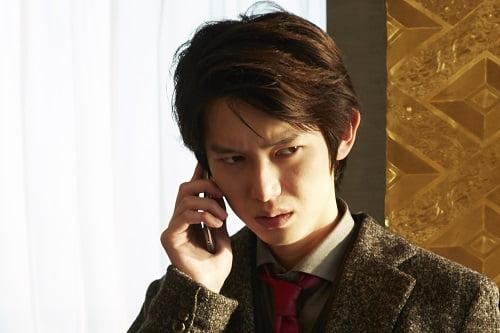 クールな表情を見せる沢村真司役の本郷奏多さん