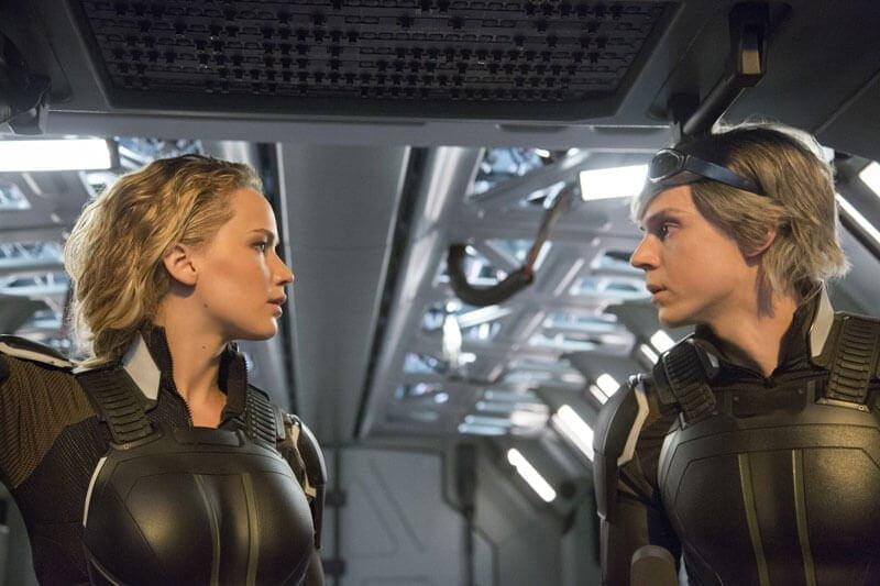 映画『X-MEN: アポカリプス』より、クイックシルバーを演じるエヴァン・ピーターズ(右)