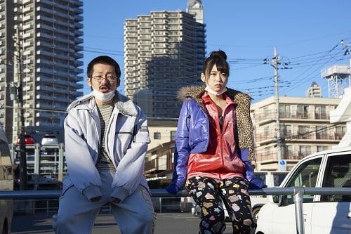 つっこみどころ満載のキャラクター・モエコ(右)。演じるのはさくらゆらさん
