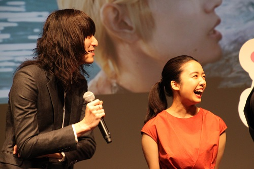 重岡大毅さんの大ボケつっこむ志磨遼平さんと、笑みがこぼれる上白石萌音さん