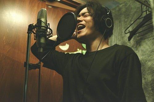 実際のGReeeeNのデビュー当時の制作スタイルを再現した、クローゼットの中で菅田将暉くんレコーディングシーン