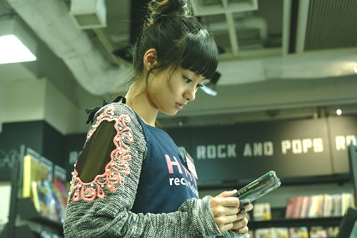 CDショップで働くヒデの恋人、理香(忽那汐里)