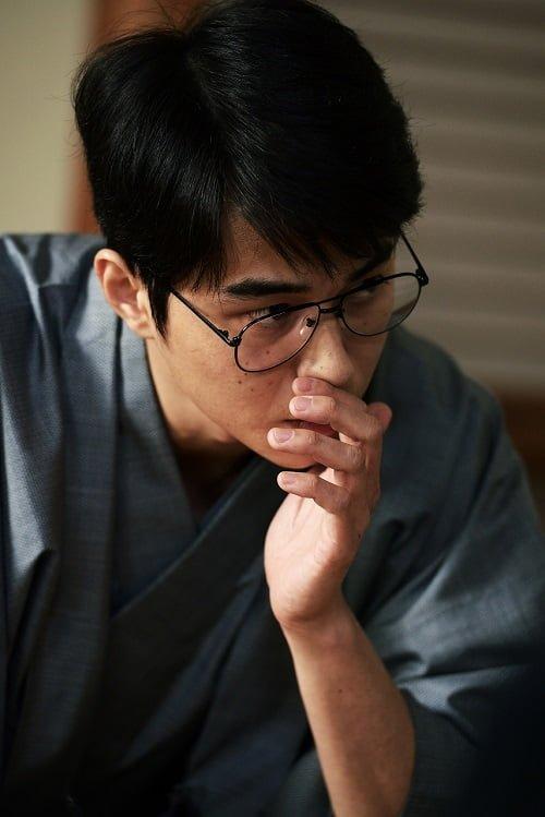 羽生善治さんの眼鏡をかけた東出昌大さん