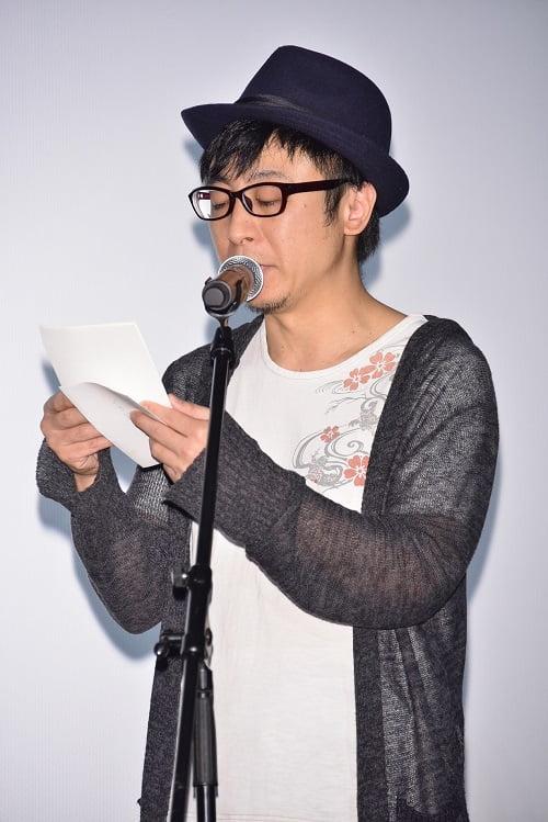 手紙を読む市井昌秀監督