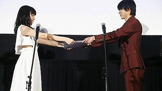 川口春奈から山﨑賢人へ「大好きです!」公開記念証書授与!映画『一週間フレンズ。』初日舞台挨拶