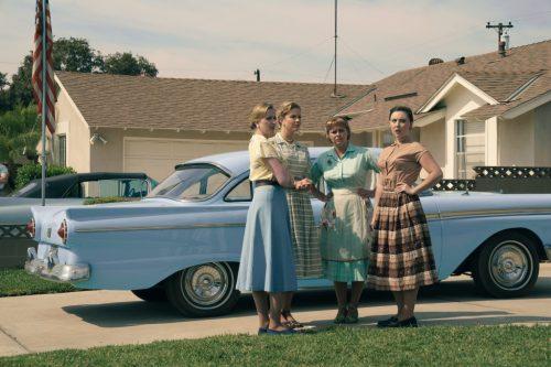 Aラインワンピやサーキュラースカートが印象的!映画『サバ―ビコン 仮面を被った街』50年代アメリカの世界観を彩る衣装写真
