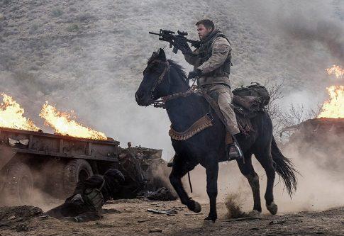 己の魂と馬を武器に、敵勢5万人に戦いを挑んだ12人の男たち―映画『ホース・ソルジャー』本予告映像解禁!