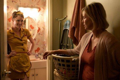 マッケンジー・デイヴィス がウェイトレスコス披露!映画『タリーと私の秘密の時間』コスプレ場面写真解禁