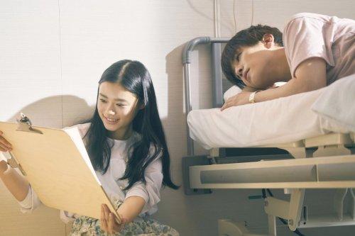 愛おしさがあふれ、ふたりの間に恋が芽生える―映画『パーフェクトワールド 君といる奇跡』病室で寄り添うふたりの場面写真解禁!