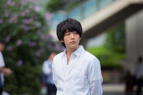 中村倫也のデキる男感にメロメロ♡映画『オズランド 笑顔の魔法おしえます。』白シャツ&スーツ姿にときめく場面写真解禁♡