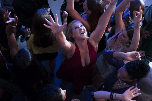 """さえないOLが頭を打ったら""""絶世の美女""""に大変身!?『アイ・フィール・プリティ!人生最高のハプニング』エイミー・シューマーの場面写真解禁"""
