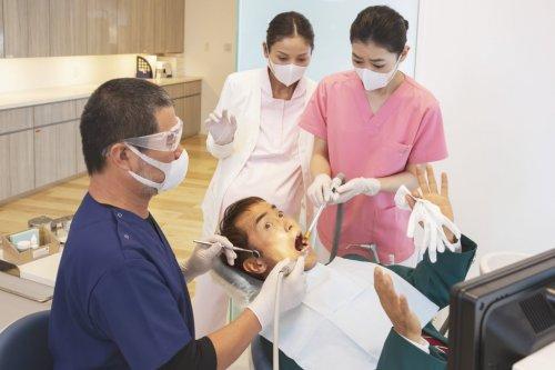 高杉真宙×安田聖愛、デートシーンから歯科医療現場での奮闘姿まで!映画『笑顔の向こうに』場面写真一挙解禁