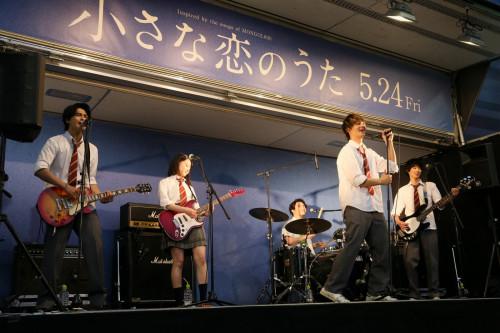 ちい恋バンドの歌声が歌舞伎町に響き渡る!映画『小さな恋のうた』公開前夜祭ライブレポート