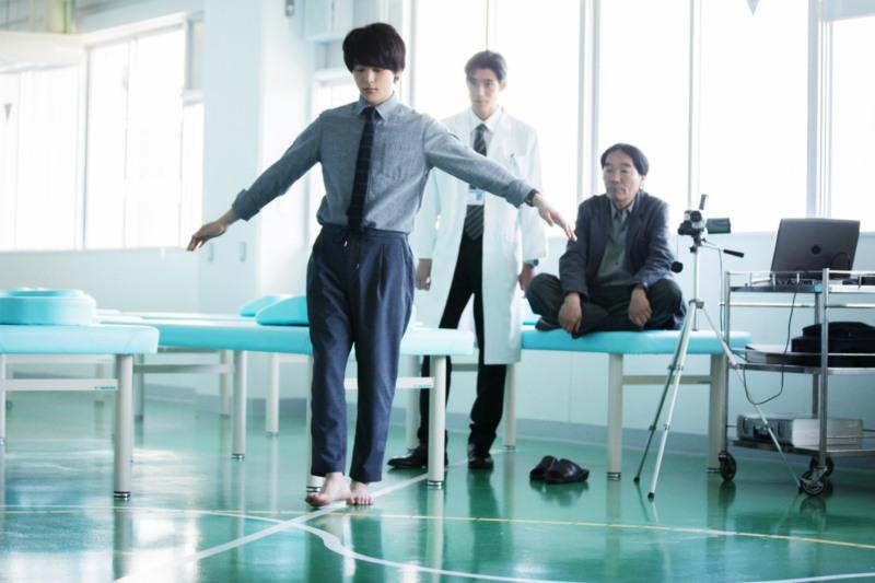 この中村倫也さんは一体、何曜日―?映画『水曜日が消えた』より、物語の鍵を握る場面写真が解禁!