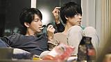 部屋着姿の大倉忠義が成田凌の手からスナック菓子をパクリ。映画『窮鼠はチーズの夢を見る』新場面写真解禁!