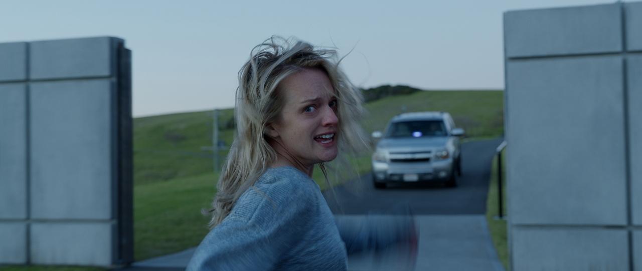 映画『透明人間』エリザベス・モス、狂気になる寸前の本編映像解禁! 透明人間に屈しない、力強いヒロイン像を描いた監督コメントも到着!