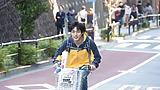 映画『弱虫ペダル』主演の永瀬廉がママチャリで秋葉原を疾走!大声でアニソンを歌う姿に注目!!